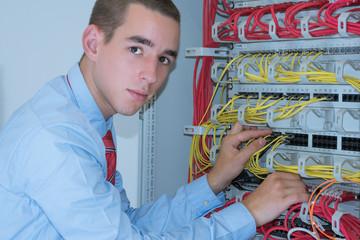 Junger Mann arbeitet am Server