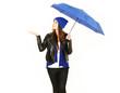 Frau testet ob es regnet