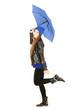 Frau freut sich über Regen