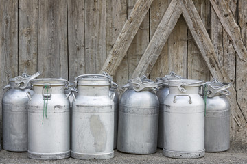 Abholbereite Milchkannen in Südtirol, Italien