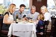Familie beim Dinner im Restaurant
