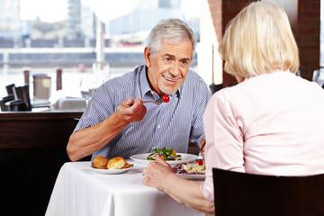 Zwei Senioren beim Dinner im Restaurant
