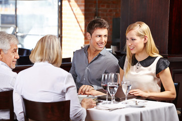 Familie geht gemeinsam essen