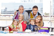Familie feiert Geburtstag mit Großeltern