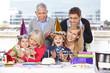 Lachende Familie beim Kindergeburtstag