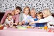 Große Familie beim Abendessen