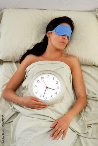 Mujer durmiendo con mascarilla tapa ojos.