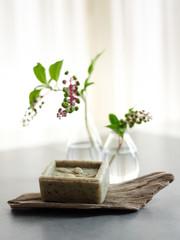 luxuriöse Seife mit Dekoration auf Holz