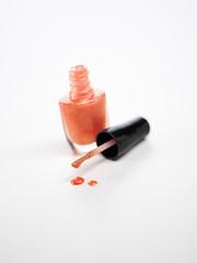 schimmernder Nagellack in Orange mit Pinsel