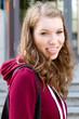 Junge Frau streckt die Zunge heraus