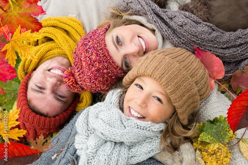 herbstfreude familie in blättern liegend