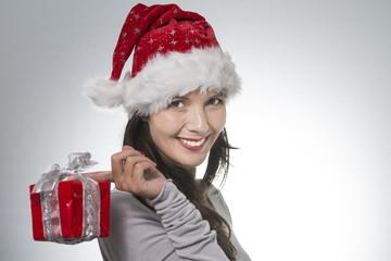 sehr attraktive schöne Frau mit einer Weihnachtsmann -Mütze