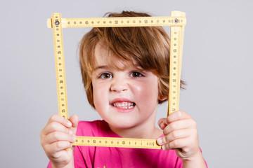 Kind mit Meterstab