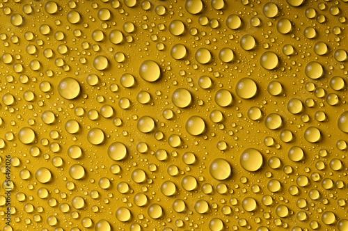 Wassertropfen auf gelber Oberfläche