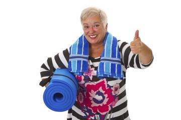 Seniorin mit Gymnastikmatte