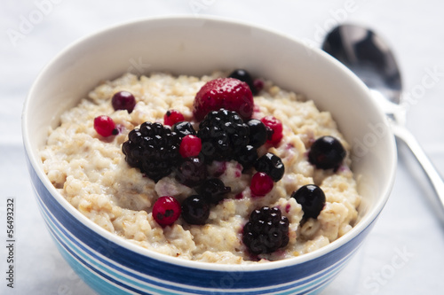 Porridge with fresh berries