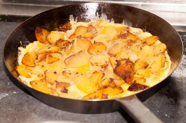 Omelett in einer Pfanne