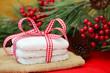 Glasierte Lebkuchen mit Geschenkband