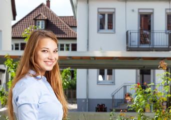 Junge Frau auf Wohnungssuche