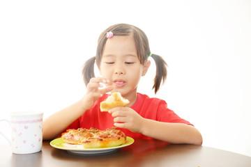 ピザ食べる女の子