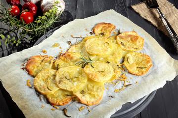 patate arrosto su carta forno sfondo grigio