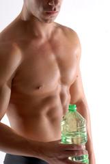 Hombre deportista bebiendo agua mineral.