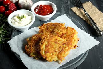 crocchette di patate  sfondo grigio