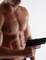 Hombre delincuente sujetando una pistola.