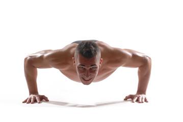 Hombre deportista ejercitando flexiones.