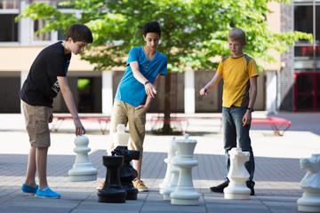 Schüler spielen Schach auf dem Schulhof
