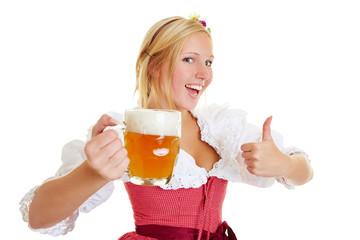 Frau mit Bier hebt Daumen hoch