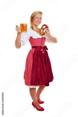 Frau im Dirndl mit Bier und Brezel