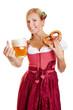 Frau im Dirndl hält Bier und Brezel