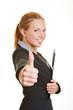 Geschäftsfrau mit Klemmbrett hält Daumen hoch