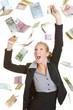 Glückliche Geschäftsfrau fängt Euro-Geldscheine