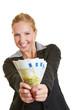 Geschäftsfrau hält Fächer aus Euro-Geldscheinen