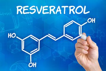 Hand zeichnet chemische Strukturformel von Resveratrol