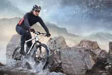 Radfahrer Klettern auf einem Felsen