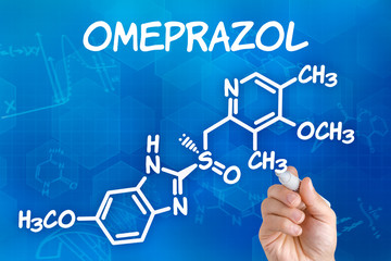 Hand zeichnet chemische Strukturformel von Omeprazol