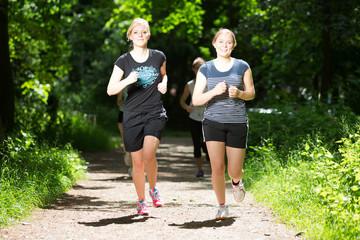 Junge Frauen joggen in der Natur