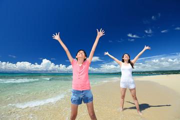海辺で寛ぐ笑顔の親子
