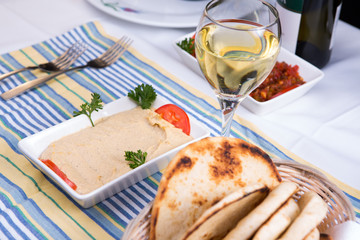 Hummus Paired with White Wine