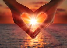 """Постер, картина, фотообои """"sunset in heart hands"""""""