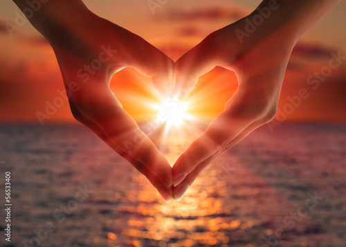 In de dag Hemel sunset in heart hands