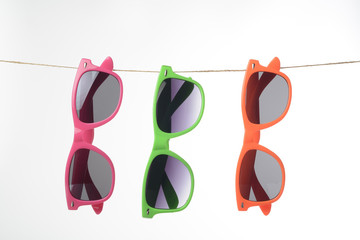Gafas de sol colgadas de una cuerda