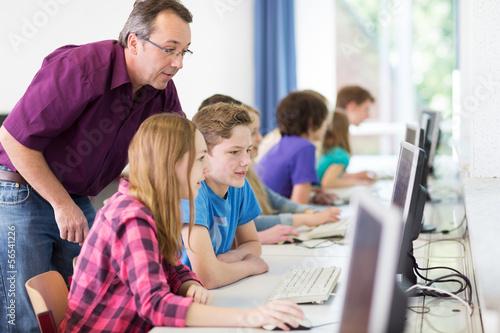Leinwanddruck Bild Teenager arbeiet in der Schule am Computer