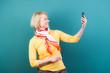 frau macht ein foto mit dem smartphone