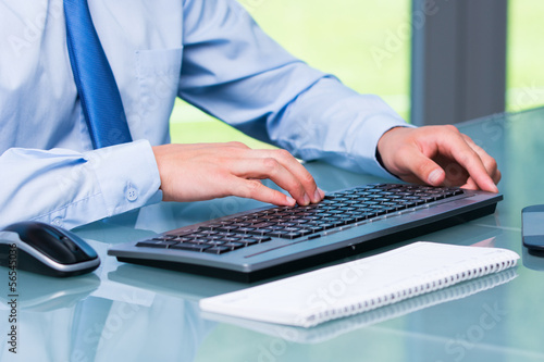 manager schreibt am computer