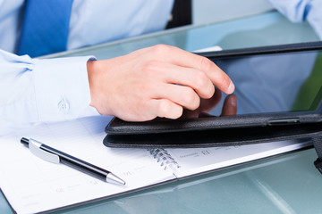 geschäftsmann arbeitet mit dem touchpad