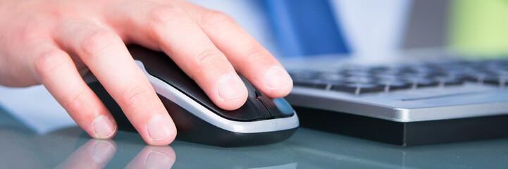 geschäftsman arbeitet am computer